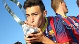 Munir El Haddadi, do Barcelona, melhor marcador da competição, ergue o troféu após a final