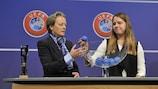 Naomi Mégroz (derecha) ayuda a Karen Espelund en el sorteo
