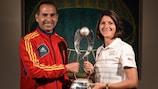 Pedro Lópezy Di Fonzo posan con el trofeo que está en juego este sábado