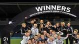 A Alemanha celebra após erguer o troféu pela quarta vez