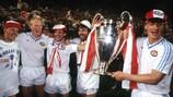 Los jugadores del PSV Edward Linskens, Ronald Koeman, Jan Heintze, Eric Gerets y Wim Kieft celebran el trofeo logrado en 1988