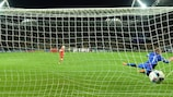 A alemã Caroline Siems bate a espanhola Noelia Ramos, no desempate por penalties na final do EURO Feminino Sub-17 de 2016