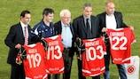 Maltas 100-fache Nationalspieler David Carabott, Gilbert Agius, Carmel Busuttil und Joe Brincat erhalten ihre UEFA-Auszeichnung