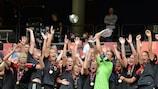 Nadine Angerer, que paró dos penaltis en la final, levanta el trofeo
