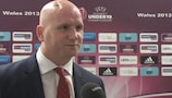 O antigo avançado John Hartson falou ao UEFA.com