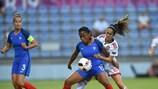 Perle Morroni y Maite Oroz pugnan por un balón en la final disputada en Senec