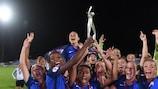 Die französischen Siegerinnen mit dem Pokal