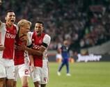 Kasper Dolberg (Mitte) feiert seinen Ausgleichstreffer für Ajax gegen PAOK