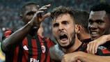 Patrick Cutrone, de 19 anos, comemora depois de marcar o primeiro golo pelo Milan frente ao Craiova