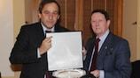Michel Platini, presidente de la UEFA, y Sir Dave Richards, presidente de la EPFL.
