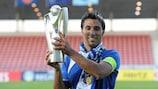 El capitán de Braga Daniel Simões con el trofeo tras ganar la Copa de las Regiones de la UEFA 2010/11