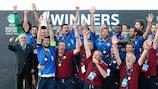 Paolo Gagno ergue o troféu após o segundo triunfo do Veneto da Taça das Regiões da UEFA