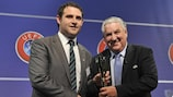 James Cully erhält den Fair-Play-Preis des Regionen-Pokals aus den Händen von Jim Boyce