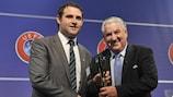 James Cully reçoit le Prix du fair play des mains de Jim Boyce