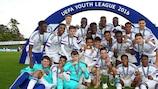 O Chelsea festeja após ganhar a UEFA Youth League pela segunda vez