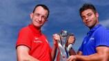 I due capitani mostrano il trofeo