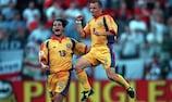 Dos de los goleadores de Rumanía, Dorinel Munteanu (derecha) y Cristian Chivu, celebran uno de los tantos
