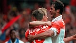 Деннис Бергкамп принимает поздравления после забитого гола