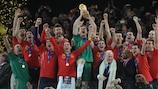 Iker Casillas y sus compañeros levantan el título de la Copa Mundial de la FIFA