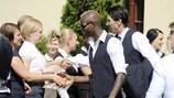 Italiens Spieler bedanken sich beim Personal, als sie das Hotel nach dem Finale der UEFA EURO 2012 verlassen
