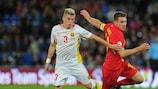 El macedonio Egzijan Alilovski y el galés Aaron Ramsey luchan por un balón en Cardiff