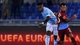 Lazios Ogenyi Onazi und Trabzonspors Alanzinho im Zweikampf