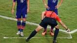 L'arbitre Pedro Proença marque la position du mur à l'occasion d'un match de Coupe du Monde de la FIFA