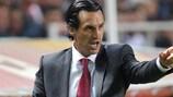 O treinador do Sevilha, Unai Emery, dá indicações durante o jogo com o Standard