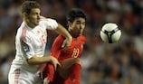 Deco, criativo de Portugal, aguenta a pressão do húngaro Ákos Buzsáky, num jogo de qualificação para o Mundial de 2010