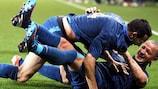 Adil Rami (em cima) é felicitado por Philippe Mexès após marcar o golo da vitória da França frente à Islândia, num particular disputado em 2012
