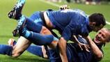 Adil Rami (in alto) viene festeggiato da Philippe Mexès dopo la rete della vittoria nell'amichevole contro l'Islanda vinta dalla Francia nel 2012