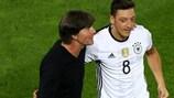 O seleccioandor da Alemanha, Joachim Löw (à esquerda), comemora com Mesut Özil