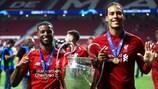 Georginio Wijnaldum e Virgil van Dijk venceram a UEFA Champions League trophy em Madrid