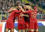 Сборная Португалии празднует один из трех голов в ворота поляков