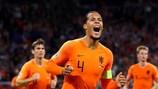Virgil Van Dijk festeja após marca o primeiro golo da Holanda frente à Alemanha