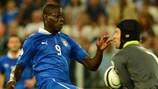 Mario Balotelli logró el 2-1 en Turín para Italia