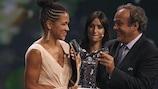 Célia Šašić recebe o Prémio de Melhor Jogadora da UEFA na Europa das mãos do Presidente da UEFA, Michel Platini