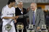 Di Stéfano y el capitán del Real Madrid Raúl González en la inauguración del Estádio Alfredo di Stéfano en mayo de 2006