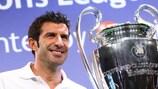 Luís Figo con el trofeo de la UEFA Champions League