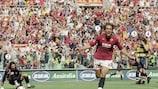 Gabriel Batistuta celebra un gol en el triunfo que dio a la Roma el Scudetto