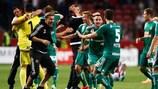 Rapid Wien, das zuletzt 2005/06 in der Gruppenphase stand, feiert den 3:2-Sieg bei Ajax