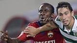 Seydou Doumbia (à esquerda) em disputa de bola com Paulo Oliveira