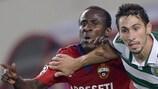 El delantero Seydou Doumbia (izquierda) pugna con Paulo Oliveira