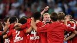 Os jogadores do Leverkusen comemoram no final do encontro