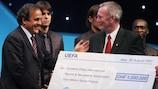 La UEFA otorgó su cheque anual de caridad a la CPISRA en 2007