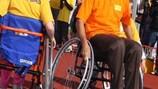 Johan Cruyff intenta jugar al fútbol en silla de ruedas en un Cruyff Court