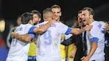 Kostas Mitroglou comemora com os colegas