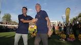 Xavi Hernández y Johan Cruyff en la inauguración de la Cruyff Court en Terrassa, España
