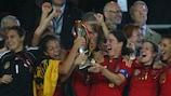 Birgit Prinz levanta el trofeo en 2009; su quinto éxito consecutivo y el de Alemania