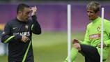 Paulo Bento (à esquerda) brinca com Fábio Coentrão durante o treino desta quarta-feira